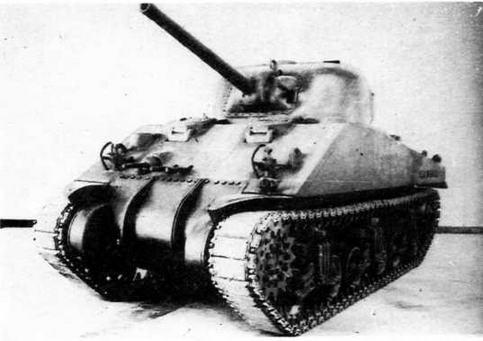 Первый серийный танк М4А2. Обращают на себя внимание два курсовых пулемета, установленных посередине лобового листа корпуса.