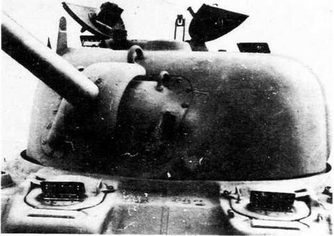 Башня образца 1942 года. Слева от пушки амбразура прицела. В правой створке башенного люка — прибор наблюдения командира танка.Хорошо виден защитный броневой козырек вокруг погона башни.