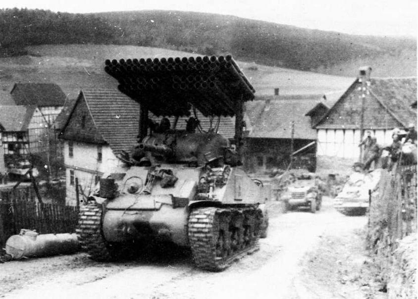 """Танк 14, оборудованный реактивной системой залпового огня Т34 """"Голиаф"""" (Calliope), 6-я танковая дивизия. Германия, апрель 1945 года."""