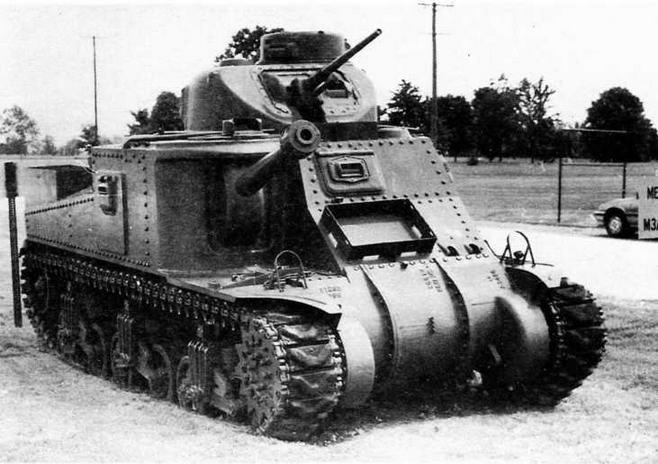 Средние танки М2А1 (вверху) и M3A5 (внизу). На конце ствола 75- мм пушки М2 у М3А5 — массивный противовес.