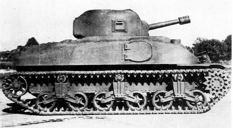 Средний танк Тб на Абердинском полигоне. Обращают на себя внимание бортовой люк в корпусе, лючок для стрельбы из пистолета в правом борту башни и тележки подвески, аналогичные среднему танку М3.