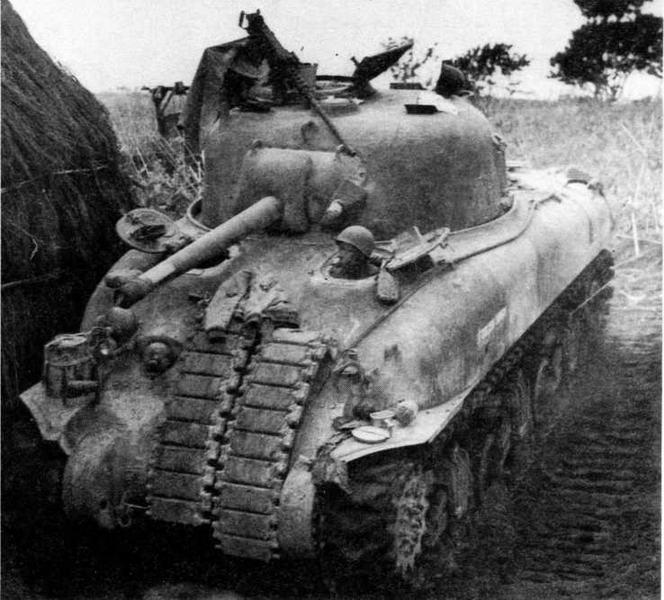 Танк М4А1 командира роты «F» 13-го танкового полка 1-й танковой дивизии, Анцио, Италия, 27 апреля 1944 года. Крепление гусеничных лент на лобовой броне корпуса было типично для этого соединения.