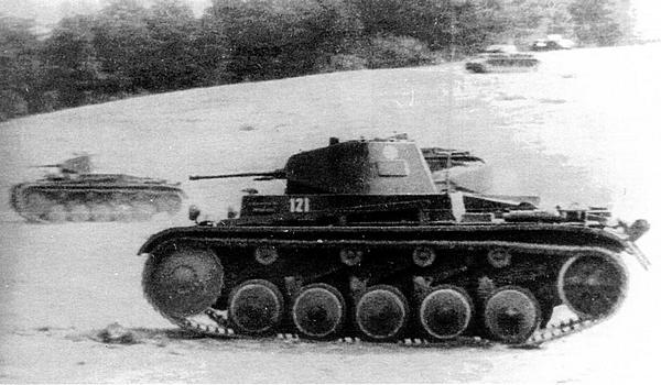 Учебная танковая атака. Хорошее взаимодействие между подразделениями в значительной мере обеспечивалось наличием на всех танках радиостанций.