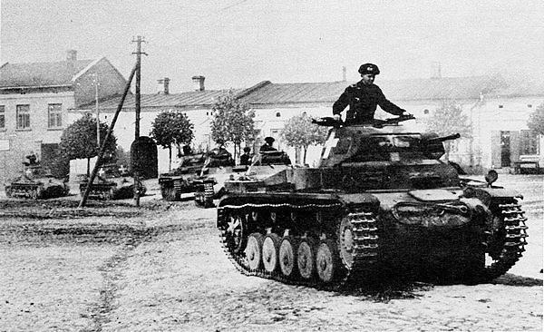 Колонна лёгких танков Pz.II и Pz-I на улице одного из польских городов. Сентябрь 1939 года.