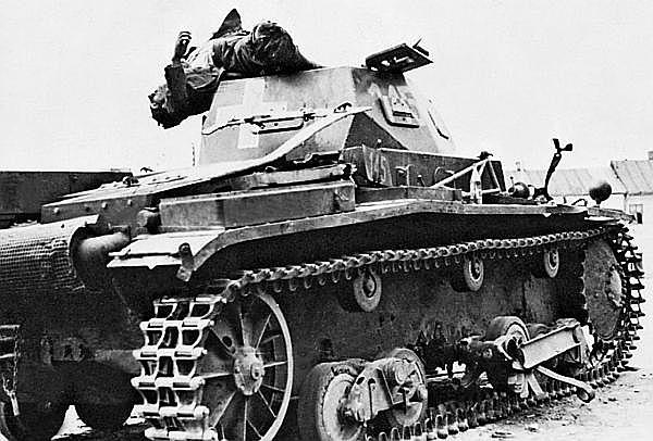 Pz.II Ausf.b одного из подразделений 4-й танковой дивизии, подбитый на улицах Варшавы. Сентябрь 1939 года.