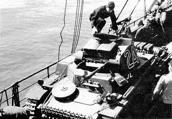 Начало операции Sonnenblume («Подсолнечник»)— погрузка на суда танков Африканского корпуса для доставки в Триполи. Неаполь, весна 1941 года.