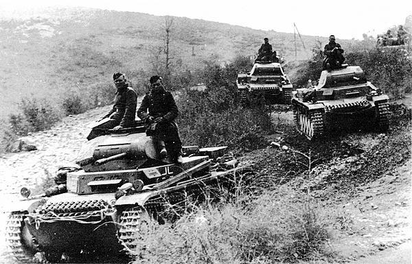 Танки Pz.II Ausf.С выдвигаются к греческой границе. Болгария, апрель 1941 года.