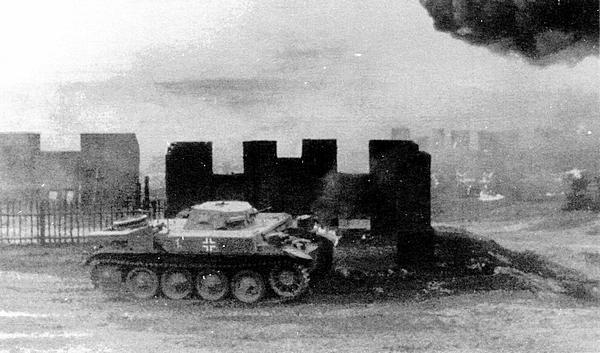Огнемётный танк FlammpanzerII в бою. Восточный фронт, 1941 год.
