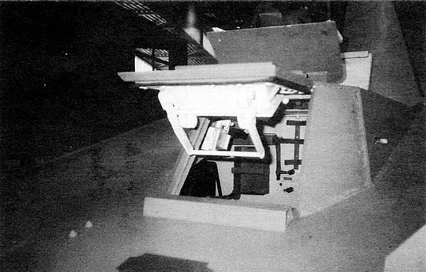 Вверху: рубка механика-водителя с открытыми смотровым и посадочным люками.