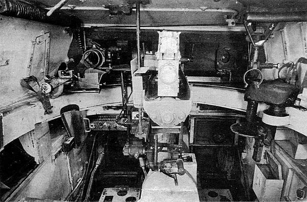 Интерьер боевого отделения танка Luchs, вид на переднюю часть башни. Справа — поворотный механизм башни, в центре — казенная часть 20-мм пушки, слева — кронштейн крепления пулемета.