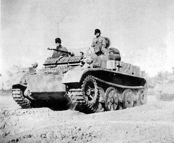 4-й разведывательный батальон на марше. Восточный фронт, осень 1943 года. На лобовой броне корпуса смонтирован броневой экран специфической формы. Такое дополнительное бронирование было характерным только для этого подразделения.