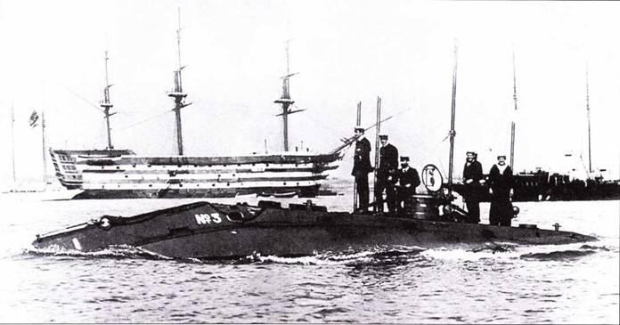 Подводная лодка №3 идет мимо HMS Victory в гавани Портсмута. На палубе пятеро из семи членов экипажи.