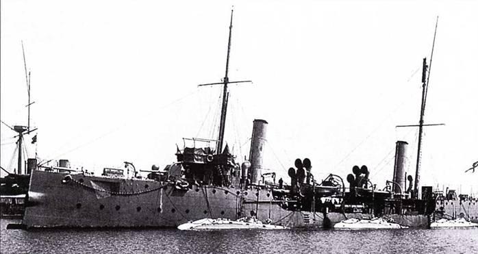 Три британские подводные лодки у борта миноносца HMS Hazard, использовавшегося в качестве корабля-базы.