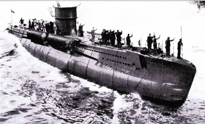 Спуск на «оду итальянской подводной лодки Murena, видны контейнеры для транспортировки управляемых торпед.