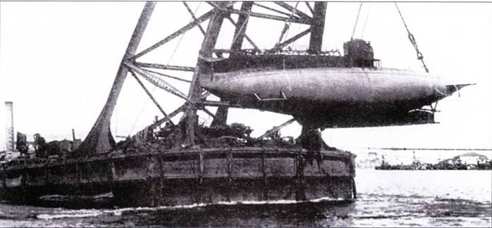 Спуск на воду сверхмалой подводной лодки «тип А» с помощью плавающего крапа, 1916г.