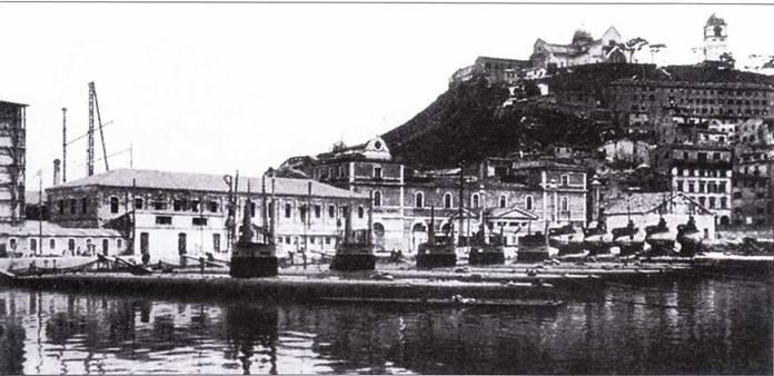 Итальянская база подводных лодок в Анконе. На заднем плане видны сверхмалые подводные лодки, 1917г.