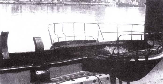 Крепления для транспортировки сверхмалой подводной лодки на палубе Leonardo da Vinci.