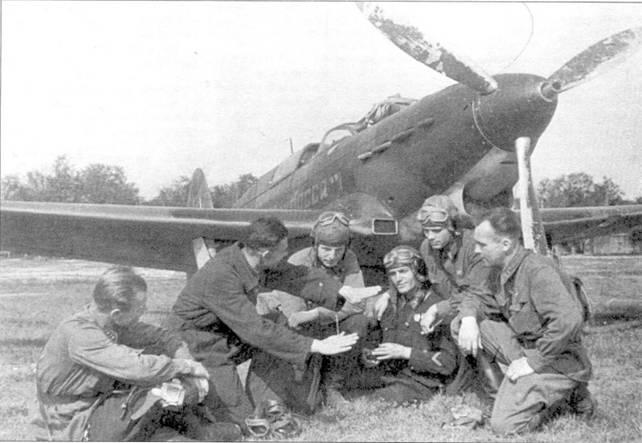 Як-7Б «Комсомолец Кузбасса», возможно us 12-го ГИАП. Суди по обмундированию пилотов, снимок сделан летом 1942 года.