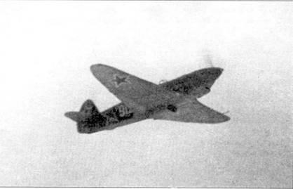 Як-7Б поздних серии. Обратите внимание на скругленные законцовки крыльев — именно такую форму имели крылья Як-7, а позже Яки -9П и У.