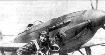 Усталый пилот облокотился на лопасть винта своего Як-3. Як-3 сразу можно отличить от других яковлевских истребителей по отсутствию воздухозаборника в нижней части носа самолета. Обратите внимание, что лопасть целиком окрашена в черный цвет — желтые законцовки отсутствуют.