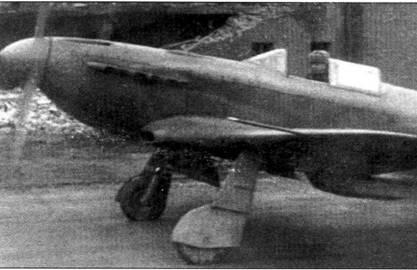 Техник прогревает мотор Як-3 перед взлетом. Из-за плохого качества фотографии Як кажется однотонным — на самом деле он несет серо-голубой камуфляж завершающего этапа войны.