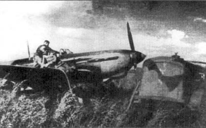 Як-1б заправляют перед вылетом.