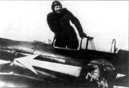 Командир 303-й истребительной авиадивизии генерал Георгий Захаров в кабине своего Як-3. Обратите внимание, что обшивка самолета полуматовая и потому немного поблескивает.