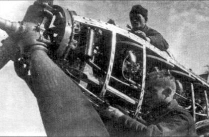 Техники проводят ремонт двигателя М-105ПФ