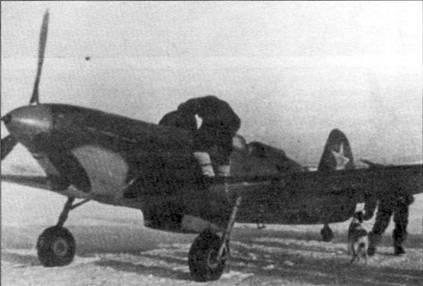 Первые учебные Як-7 В имели неубирающееся шасси и не оснащались радиостанцией. Вооружение состояло из одной 20-мм пушки. Як-7В также широко использовался в роли курьерского самолета. Машина окрашена в двухцветный серо-темносерый камуфляж, днище покрыто голубой краской. Обтекатель втулки красный. Линия разделения камуфляжа на носу проходит необычно высоко.