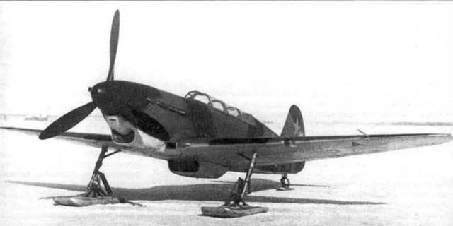Два снимки Як-7В на лыжном шасси. Этот самолет не имеет радиостанции, а на левом крыле установлена посадочная фара. Самолет окрашен в двухцветный камуфляж (темно-зеленый/зеленый). Звезды имеют черную окантовку.