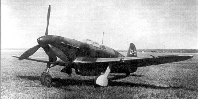 Стандартный Як-7Б (22–03), собранный на заводе №153 в Новосибирске петом 1942 года. Серийный номер нанесен на хвостовое оперение и обозначает третий самолет 22-й серии. Число самолетов колебалось от серии к серии. Большие серийные номера ставил только завод №153, остальные заводы наносили номера малого размера. В боевых частях серийный номер закрашивали. Як-7Б с двигателем М-105 ПФ был наиболее многочисленной модификацией «семерки».