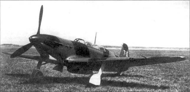 Хотя самолет на фотоснимке имеет двухместную кабину, это не учебная машина. Это Як-7Д — дальний разведчик. Особенности окраски позволяют легче идентифицировать модификацию.