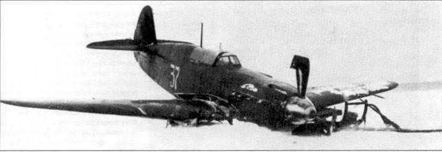 Як-7 (34–37) лейтенанта Марченко израсходовал все топливо и совершил вынужденную посадку на лед Онежского озера, 8 февраля 1943 года. Этот Як-7Б позднего выпуска оснащен выхлопными патрубками от Як-9 и имеет триммеры на рулях высоты. С осени 1942 года на Яках-7 не устанавливали посадочные огни.