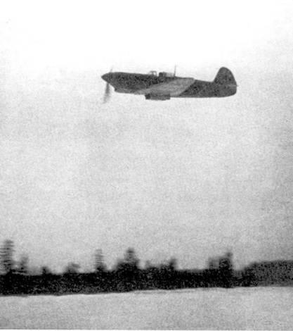 «Семерки» с трехзначным тактическим номером. Из-за плохого качества плексигласа пилот летит с открытым фонарем кабины.