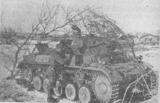 Знакомство с трофеем. Pz.II Ausf.F, захваченный на хуторе Сухановский. Донской фронт, декабрь 1942 года.