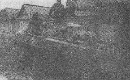 Pz.38(t) Ausf.F на улице белорусской деревни. Судя по тактическому значку рядом с крестом, эта машина принадлежит 7-й танковой дивизии. Начало июля 1941 года.