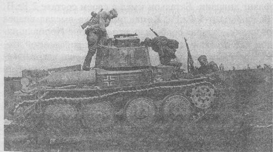 Красноармейцы осматривают подбитый танк Pz.38(t) Ausf.G. Июль 1941 года.