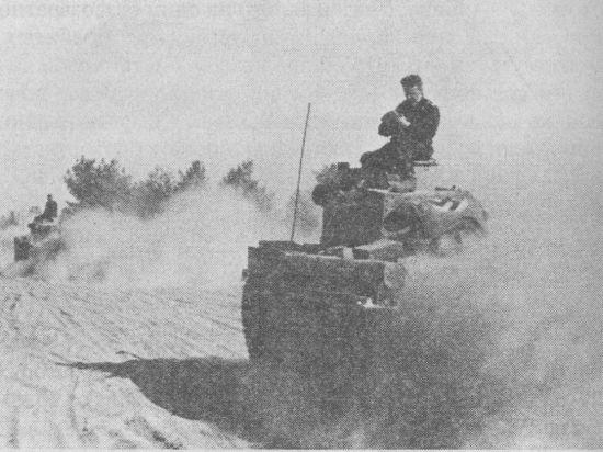 Колонна танков Pz.38(t) Ausf.C. Восточный фронт, лето 1941 года. Флаг со свастикой, растянутый на крыше силового отделения, облегчал опознавание машин немецкой авиацией.