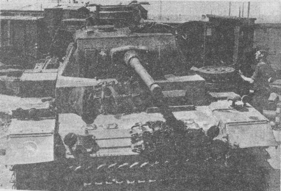 Pz.III Ausf.J во время разгрузки с железнодорожной платформы. Восточный фронт, 1942 год. На правом крыле машины – тактический значок 24-й танковой дивизии Вермахта.