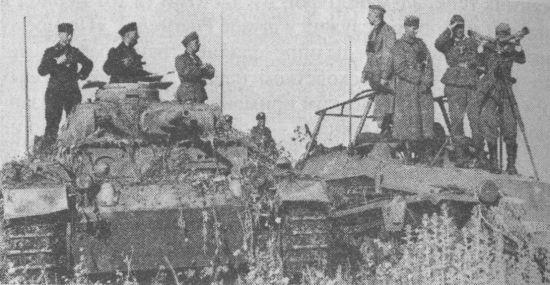 Командирский танк Pz.Bf.Wg.III Ausf.E и командно-штабной бронетранспортёр Sd.Kfz.251/3 штаба 9-й танковой дивизии. Восточный фронт, 1941 год.