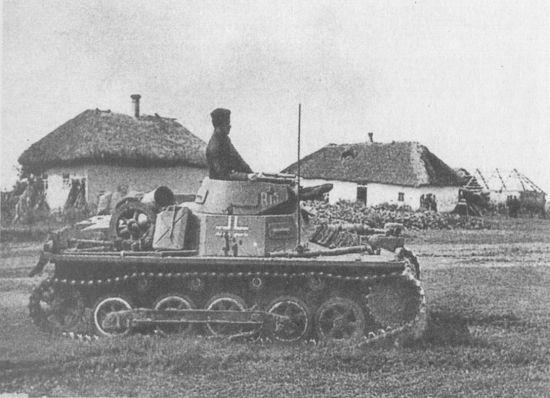 Ausf.B штаба 9-й танковой дивизии на улице украинской деревни. Группа армий «Юг», июль 1941 года.