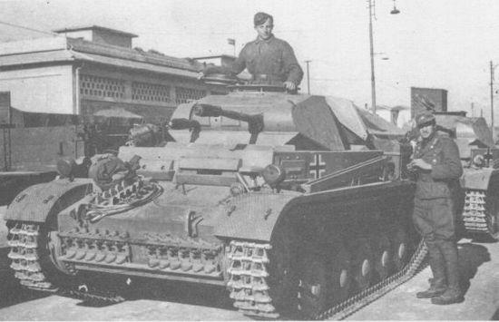Танки Pz.II Ausf.F 15-й танковой дивизии в Бенгази. Ливия, 19 декабря 1941 года.
