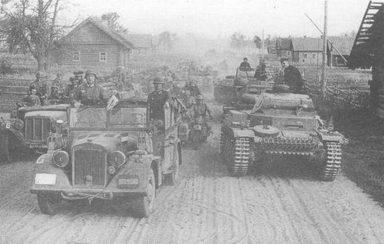 Войска 3-й танковой группы Вермахта на дороге в районе Пружан (Белоруссия), июнь 1941 года.
