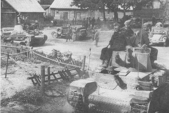 Подразделение 6-й танковой дивизии на привале в литовской деревне, июнь 1941 года.