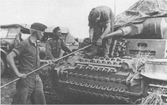 Экипаж танка Pz. III Ausf.F 16-й танковой дивизии за чисткой орудия. 1941 год.