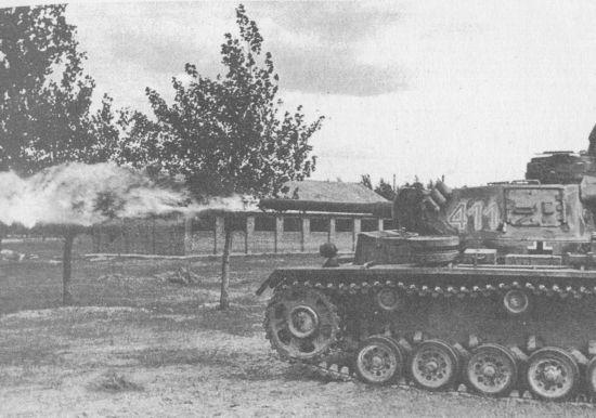 Огнемётный танк Pz.III Ausf.M(FI) в бою. Восточный фронт, лето 1943 года.