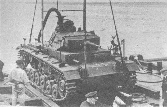 Начало испытаний Tauchpanzer III: танк поднимают краном для последующего опускания в воду, 1940 год.