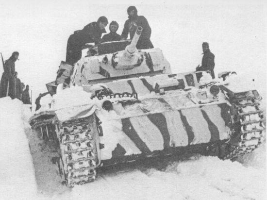 Pz.III Ausf.J 5-й танковой дивизии в двухцветном зимнем камуфляже (широкие белые полосы поверх базового серого). Восточный фронт, 1941 год.