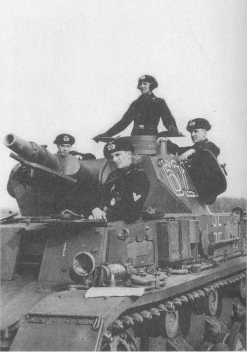 Pz.IV Ausf.D 19-й танковой дивизии, осень 1940 года. На лобовом и бортовом листах корпуса хорошо видно дополнительное бронирование.