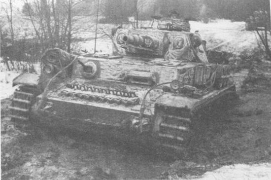 Pz.IV Ausf преодолевает российское бездорожье. 5-я танковая дивизия, ноябрь 1941г.